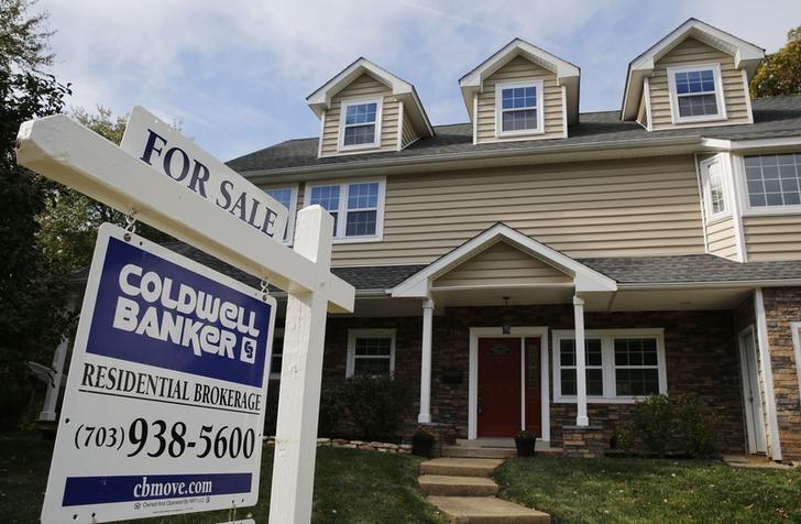 资料图片:2014年10月,美国弗吉尼亚州Vienna一处待售房屋广告。REUTERS/Larry Downing
