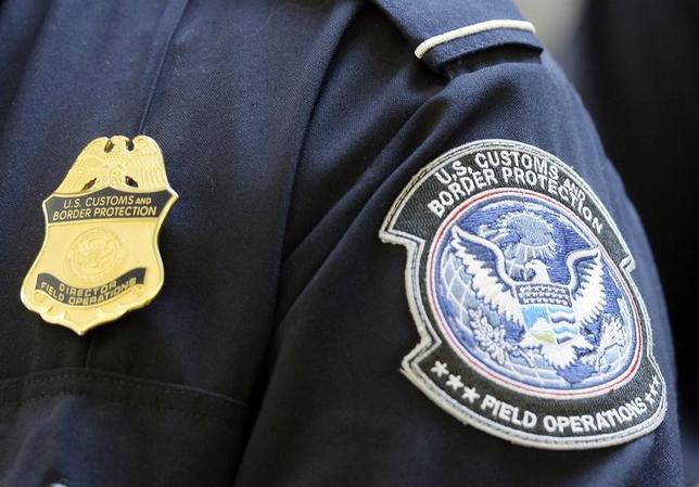 5月31日、トランプ米政権は、外国人への入国査証(ビザ)発給に向けた審査に関し、過去5年間に使っていたソーシャルメディアでのハンドルネームなどの届け出を追加し、審査を厳格化する。写真は国境警備局のパッチ。ロサンゼルス国際空港で2014年2月撮影(2017年 ロイター/Kevork Djansezian)