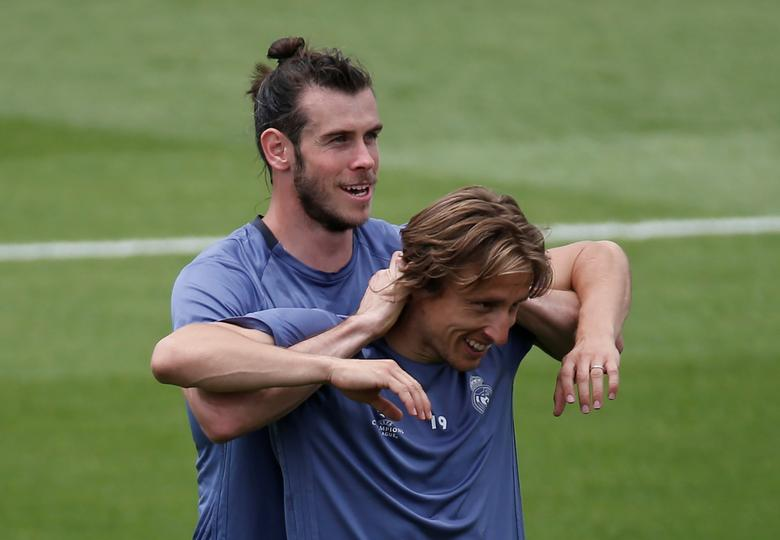 Football Soccer - Real Madrid training - UEFA Champions League Final - Valdebebas Soccer Grounds, Madrid, Spain - 30/5/17 - Real Madrid's Gareth Bale (L) and Luka Modric joke around during the training session at open media day. REUTERS/Sergio Perez