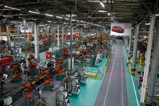 6月1日、IHSマークイットが発表した5月のフランス製造業購買担当者景気指数(PMI)改定値は53.8となり、6年ぶりの高水準だった前月の55.1から低下した。写真はルノーの組立工場。パリ近郊で2月撮影(2017年 ロイター/Benoit Tessier )