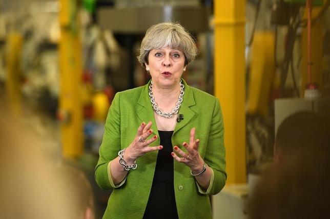 6月1日、調査会社ユーガブの調査によると、8日の英総選挙でメイ首相(写真)率いる保守党の獲得議席数は過半数に9議席足りない見通し。不足数は前回調査の16議席から減少した。バースで31日撮影(2017年 ロイター/Leon Neal)