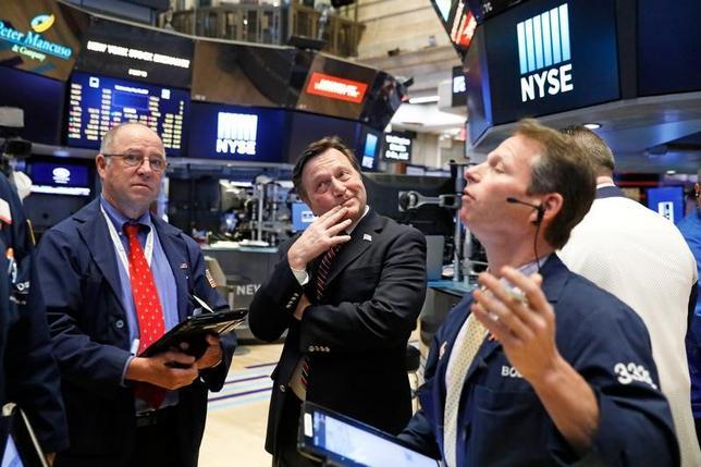 6月1日、米国株式市場は反発し、主要3指数が終値でそろって過去最高値を更新した。米経済の勢い加速を示す指標の発表が重なったことを好感した。ニューヨーク証券取引所で5月撮影(2017年 ロイター/Brendan McDermid)