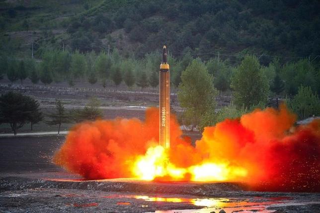 6月1日、国連安全保障理事会は、北朝鮮による相次ぐ弾道ミサイル発射(写真)を受け、資産凍結と渡航禁止の制裁対象に北朝鮮の4組織と14個人を追加指定する米中が提案した決議案について、2日に採決を行う。5月撮影。提供写真(2017年 ロイター/KCNA via REUTERS)