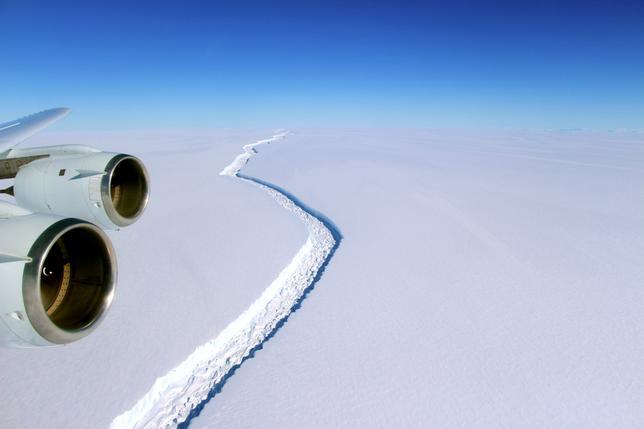 6月1日、南極大陸の氷を調べている欧州の研究チーム「MIDAS」が5月31日、南極の大氷棚の1つラーセンCから、米デラウエア州の面積に匹敵する5000平方キロメートル規模の氷山が近く分離するとの予想を公表した。写真はNASA提供、昨年11月撮影(2017年 ロイター)
