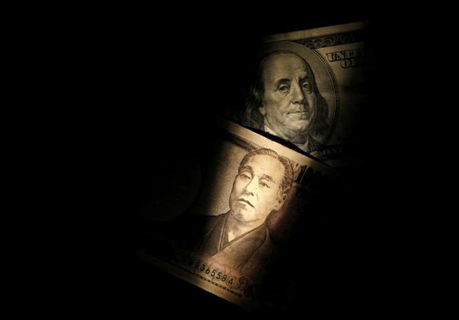 6月2日、正午のドル/円は、昨日のニューヨーク市場午後5時時点に比べ、ドル高/円安の111.64/66円。写真はドルと円の紙幣、2013年2月撮影(2017年 ロイター/Shohei Miyano)