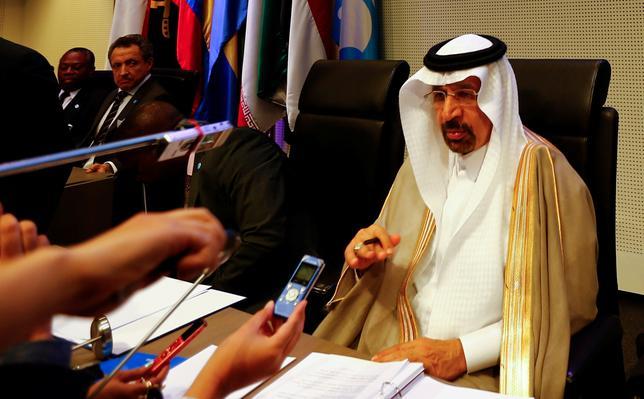 6月2日、ロシアのタス通信は、サウジアラビアのファリハ・エネルギー産業鉱物資源相の発言として、石油輸出国機構(OPEC)加盟国と非加盟の産油国が11月に減産幅拡大について検討する可能性があると伝えた。写真は記者の質問に答える同産業鉱物資源相。ウィーンで5月撮影(2017年 ロイター/LEONHARD FOEGER)