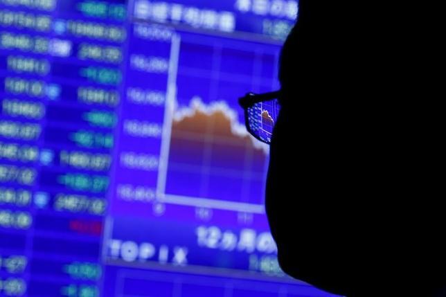 日経平均株価は2日、取引時間中としては2015年12月2日以来、1年半ぶりに2万円を回復した。 2015年8月撮影(2017年 ロイター/Thomas Peter)