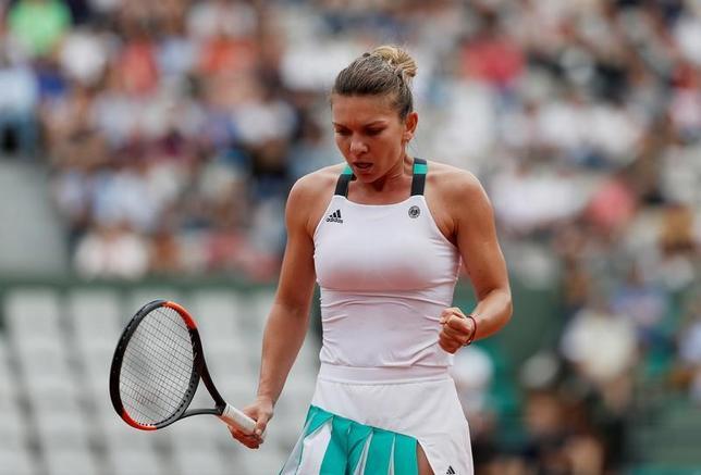 6月3日、テニスの四大大会第2戦、全仏オープンの女子シングルス3回戦、第3シードのシモナ・ハレプ(写真)が第26シードのダリア・カサキナに6─0、7─5で快勝して4回戦へ進んだ(2017年 ロイター/Gonzalo Fuentes)