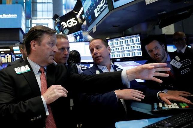 6月2日、ハイテク株は年初から米株式市場をけん引しており、一段高も見込まれている。写真はNY証券取引所のトレーダー(2017年 ロイター/Brendan McDermid)