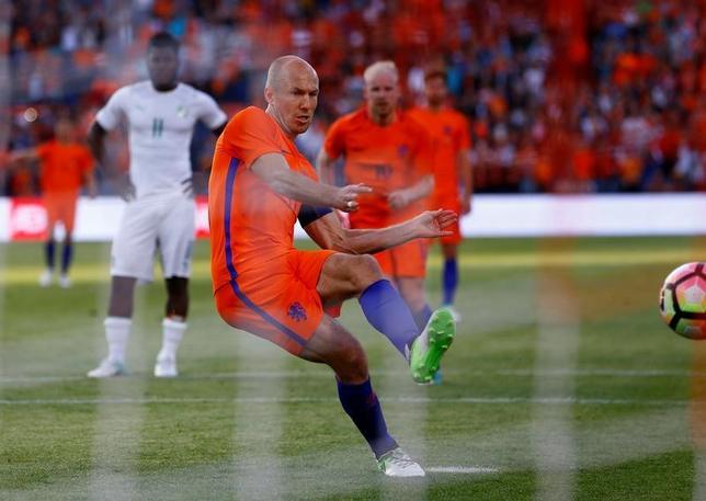 6月4日、サッカーの国際親善試合、オランダ代表はロッテルダムでコートジボワール代表に5─0で圧勝した。写真はアリエン・ロッベンがPKを決めた場面(2017年 ロイター/Michael Kooren)