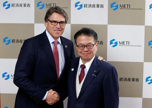 6月5日午前、世耕弘成経済産業相(右)とペリー米エネルギー長官は経産省で会談を行った。(2017年 ロイター/Kim Kyung-Hoon)