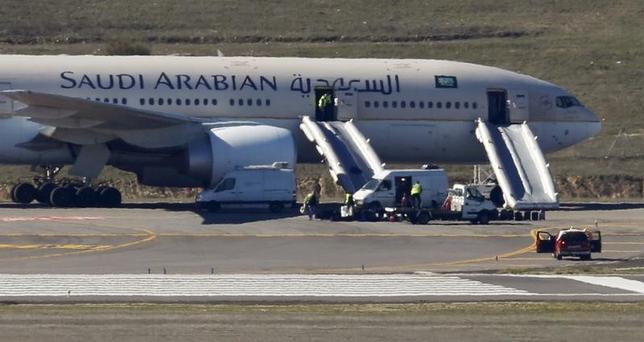 6月5日、サウジアラビア航空は、カタール行きの全便を運航停止にするとツイッター上で発表した。詳細は明らかにしていない。写真はサウジアラビア航空のロゴ、マドリッドで2016年2月撮影(2017年 ロイター/Sergio Perez)