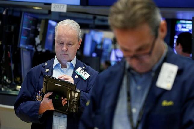 6月5日、米国株式市場で、主要株価3指数はいずれも反落、小幅安で取引を終えた。写真はNY証券取引所のトレーダー、2日撮影(2017年 ロイター/Brendan McDermid)