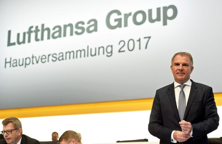 FILE PHOTO: Lufthansa Chief Executive Officer Carsten Spohr attends the annual shareholders meeting in Hamburg, Germany May 5 2017. REUTERS/Fabian Bimmer