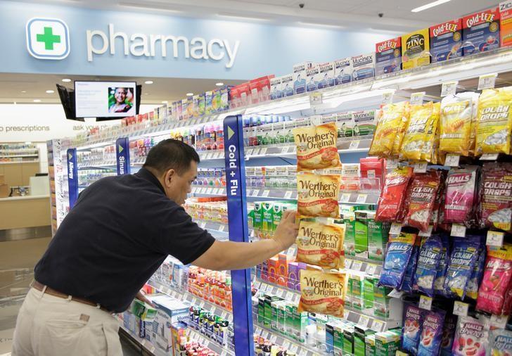 资料图片:2012年1月,芝加哥,Walgreens连锁药店的雇员整理货架上的商品。REUTERS/John Gress