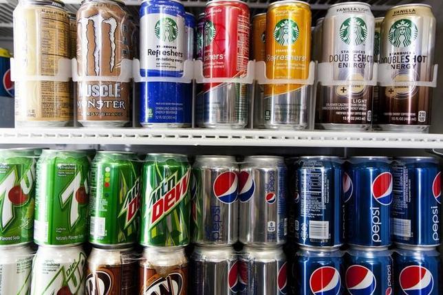 6月5日、米シアトル市議会は、消費者向けに販売される炭酸飲料などの糖分入り飲料に特別税を付加する案件を、7対1で可決した。6日に市長が署名する。写真はサンディエゴで2014年2月撮影(2017年 ロイター/Sam Hodgson)