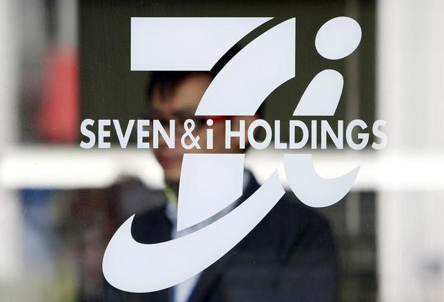 6月6日、セブン&アイ・ホールディングス の2017年2月期有価証券報告書によると、昨年5月に退任した鈴木敏文前会長に対し、総額11億3200万円の報酬を支払っていた。写真はセブン&アイ・ホールディングスのロゴ、2016年4月都内で撮影(2017年 ロイター/Yuya Shino)