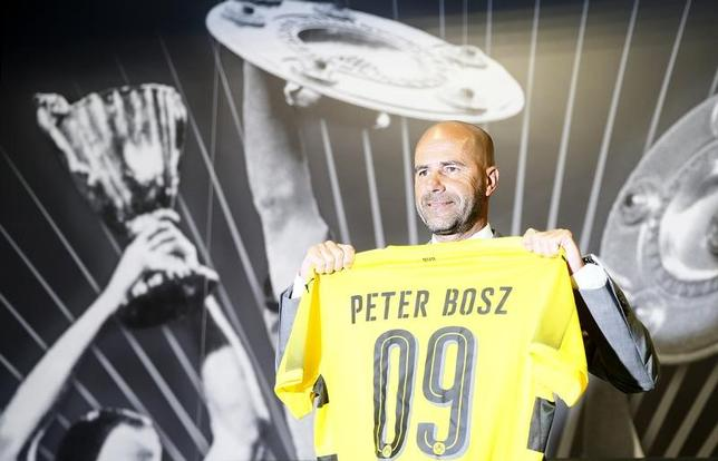 6月6日、サッカーのドイツ1部、ブンデスリーガで香川真司が所属するドルトムントは、今季アヤックス(オランダ)を指揮したピーター・ボス氏(写真、53)が新監督に就任することを発表した(2017年 ロイター/Wolfgang Rattay)