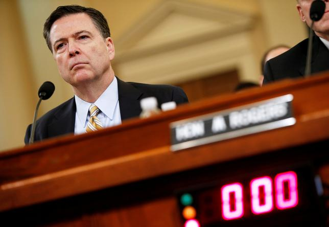 6月6日、トランプ米大統領に解任されたコミー前FBI長官は8日の議会証言で、大統領選中のトランプ陣営とロシアの癒着疑惑への捜査に関し、トランプ氏が妨害を試みたと主張することは控える公算が大きい。写真は3月20日の議会公聴会で証言するコミー氏(2017年 ロイター/Joshua Roberts)