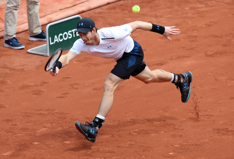 Tennis - French Open - Roland Garros, Paris, France - June 5, 2017 Great Britain's Andy Murray in action during his fourth round match against Russia's Karen Khachanov Reuters / Pascal Rossignol