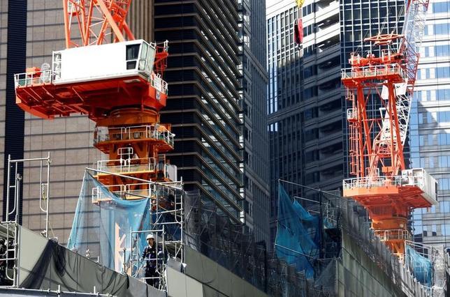6月7日、経済協力開発機構は、経済見通しを公表し、日本について貿易と財政刺激により17年の成長率が1.4%に高まった後、18年は1%程度との見通しを示した。写真は都内の建設現場、5月撮影(2017年 ロイター/Kim Kyung-Hoon)