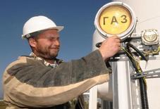 Сотрудник нефтеразливного порта Козьмино. Переговоры Москвы и Пекина о новых контрактах на поставку российского трубопроводного газа зашли в тупик из-за переоценки спроса на этот вид топлива со стороны Китая и ценовых параметров, сообщили Рейтер два источника.  REUTERS/Yuri Maltsev  (RUSSIA ENERGY BUSINESS)