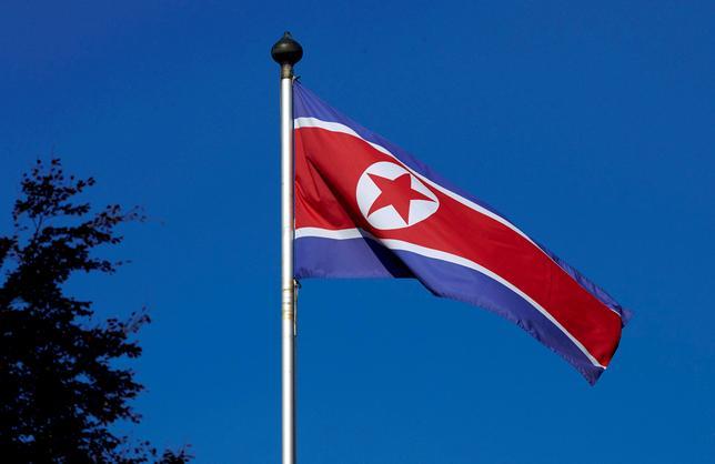 6月8日、韓国軍によると、北朝鮮が8日午前、同国東部から地対艦ミサイルとみられる複数の飛しょう体を発射した。写真は北朝鮮の国旗。ジュネーブで2014年10月撮影(2017年 ロイター/Denis Balibouse)