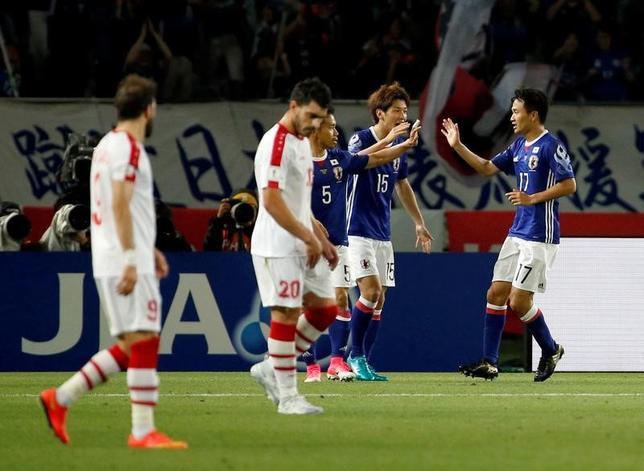 6月7日、サッカーの国際親善試合、キリン・チャレンジカップ、日本はシリアと1─1のドローに終わった。日本は今野泰幸(右)が同点弾(2017年 ロイター/Toru Hanai)