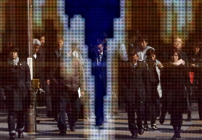 6月8日、寄り付きの東京株式市場で日経平均は前日比63円66銭高の2万0048円28銭となり続伸して始まった。都内で昨年2月撮影(2017年 ロイター/Yuya Shino)
