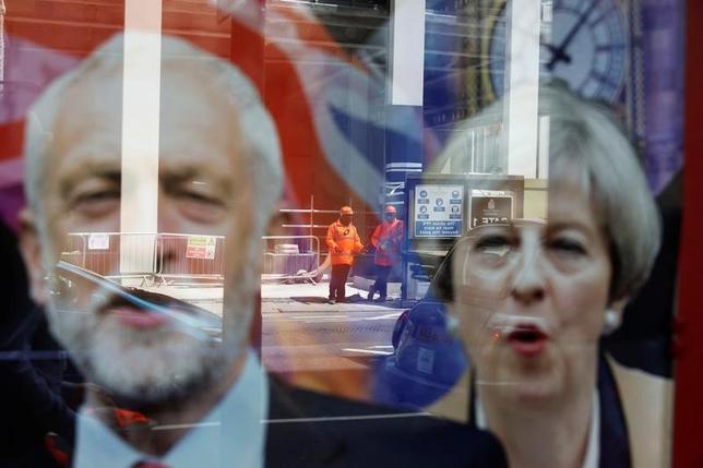 6月7日、英国で8日に投開票される総選挙を巡り、各世論調査ではメイ首相(右)率いる与党・保守党が他党との議席数の差を拡大する情勢となっている。ロンドンで撮影(2017年 ロイター/Marko Djurica)