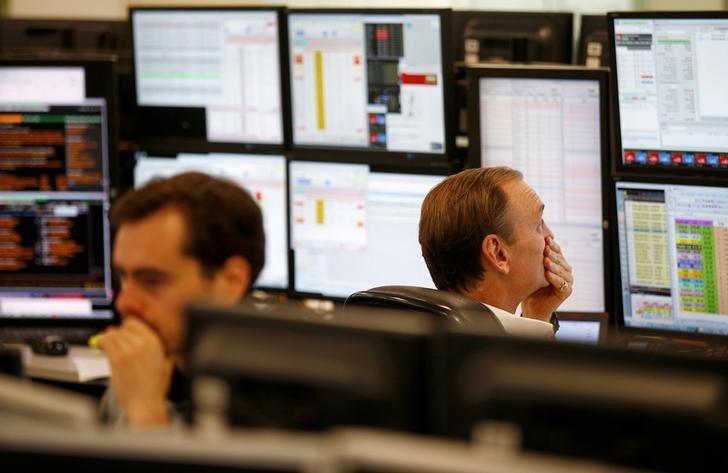 资料图片:2016年8月,伦敦,ETX Trading办公室内的交易员盯着电脑屏幕。REUTERS/Peter Nicholls