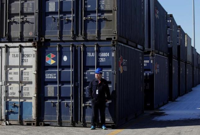 6月8日、中国税関総署が発表した5月の貿易統計によると、輸出と輸入ともに予想以上の伸びとなり、経済が想定より堅調に推移している可能性を示唆した。写真は中国北部の天津港近くで2月撮影(2017年 ロイター/Jason Lee)