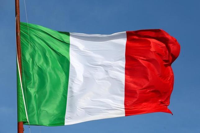 6月8日、関係筋によると、経営難に陥っているイタリアの地銀、ポポラーレ・ディ・ビチェンツァとベネト・バンカが仮に清算された場合、他の健全な国内銀行は2行の預金者を保護するため総額110億ユーロ(124億ドル)の拠出を強いられる。写真はイタリア国旗、ローマで2016年3月撮影(2017年 ロイター/Stefano Rellandini)
