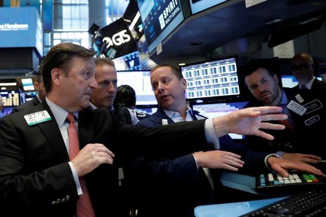 Traders work on the floor of the New York Stock Exchange (NYSE) in New York, U.S.,  June 2, 2017. REUTERS/Brendan McDermid