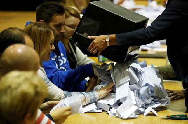 6月8日、英総選挙(下院、定数650)は8日実施され、投票終了後に明らかになった出口調査によると、与党・保守党は過半数には届かない見込み。写真は集計作業(2017年 ロイター/Paul Childs)