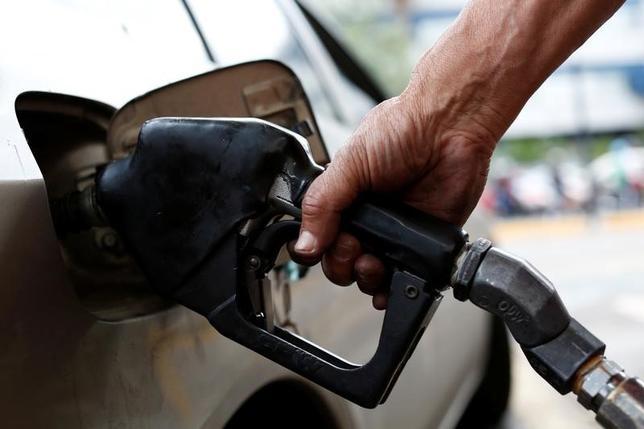 6月9日、原油市場で先物価格が続落。石油輸出国機構(OPEC)主導による減産努力にもかかわらず、供給過剰が続いていることが引き続き材料視された。写真はベネズエラのガソリンスタンド。3月撮影(2017年 ロイター/Carlos Garcia Rawlins)
