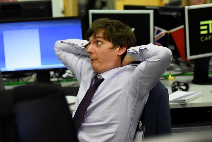 2017年6月8日,英国伦敦,ETX Capital交易商看到英国选举初步结果时的惊愕表情。REUTERS/Clodagh Kilcoyne
