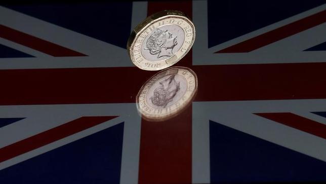 6月8日、9日の外国為替市場で英ポンドが一時、1月以来の大幅な下げとなった。5月撮影(2017年 ロイター/Darren Staples)