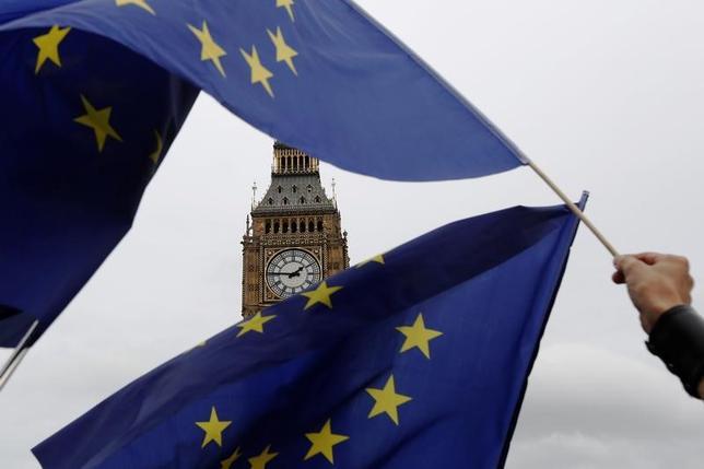 6月9日、欧州連合(EU)の執行機関である欧州委員会のエッティンガー委員(財政担当)は、英国の総選挙で明確な勝者が誕生しない状況となったことを受け、英国とのEU離脱交渉が予定通りに始められるかは不確かだと述べた。写真はロンドンで昨年9月撮影(2017年 ロイター/Luke MacGregor)