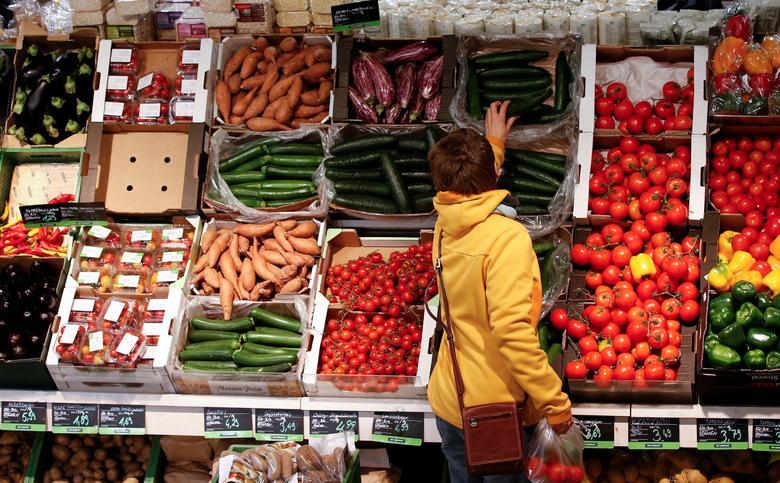 FILE PHOTO: A woman checks vegetables at the Biocompany organic supermarket in Berlin, January 31, 2013.  REUTERS/Fabrizio Bensch/File Photo
