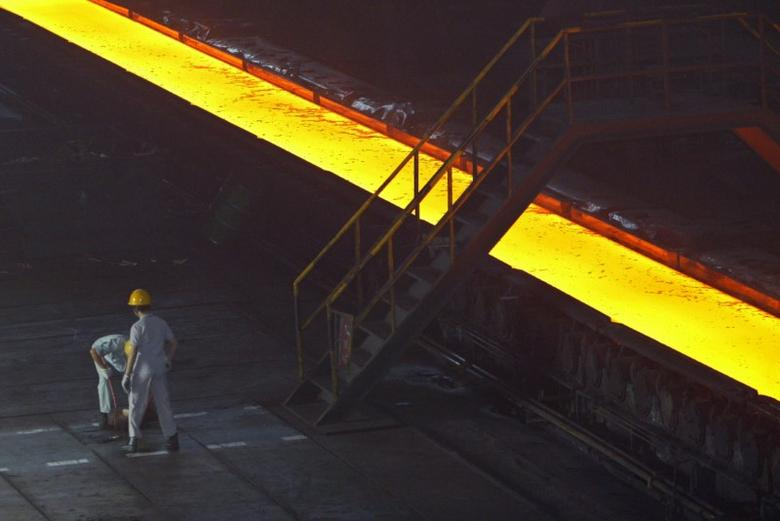 Labourers work at a hot-rolling mill of the Wuhan Iron & Steel Group on the outskirts of Wuhan, capital of central China's Hubei province August 22, 2006. REUTERS/Alfred Cheng Jin (CHINA)
