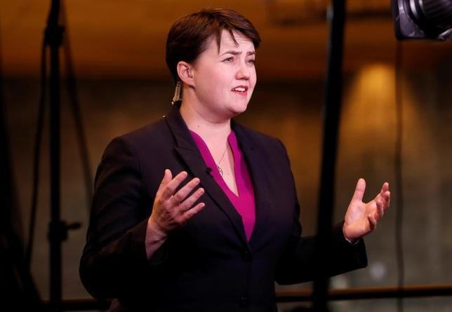 6月9日、英スコットランド民族党(SNP)は8日の総選挙で56の現有勢力のうち21議席を失う敗北を喫した。スコットランド独立の是非を問う2度目の国民投票を目指す動きに水を差される結果となった。写真はスコットランド保守党のデービッドソン党首。エジンバラで撮影(2017年 ロイター/Russell Cheyne)