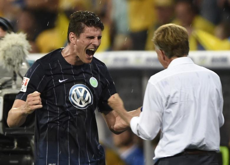 Football Soccer - Eintracht Braunschweig v VFL Wolfsburg - Bundesliga Relegation Playoff Match Second Leg - Eintracht-Stadion, Braunschweig, Germany - 29/5/17 Wolfsburg's Mario Gomez celebrates with coach Andries Jonker as he is substituted Reuters / Fabian Bimmer Livepic