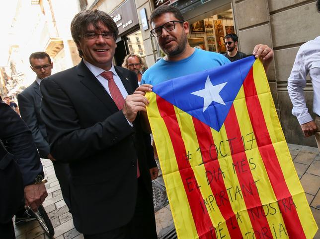 6月9日、スペインのカタルーニャ自治州は、独立を問う住民投票を10月1日に実施すると発表した。自治州のプチデモン首相(写真左)が発表した(2017年 ロイター/Albert Gea)