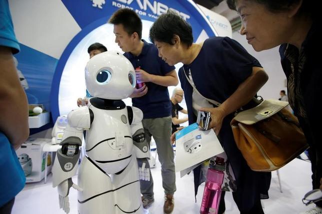 6月6日、スタグネーション(景気停滞)懸念はさておき、3Dプリンターや人工知能(AI)といったテクノロジーがボトムアップ式に普及していけば、グローバルな生産性向上や成長加速のために必要な追い風となるだろう。北京のハイテク国際見本市で8日撮影(2017年 ロイター/Jason Lee)