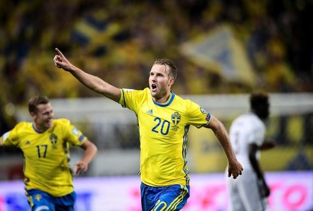 6月9日、サッカーの2018年W杯ロシア大会欧州予選、A組ではスウェーデンがホームでフランスに2─1の逆転勝ちを収めた。オラ・トイボネン(写真)が決勝ゴール(2017年 ロイター/Marcus Ericsson/TT News Agency/via REUTERS)