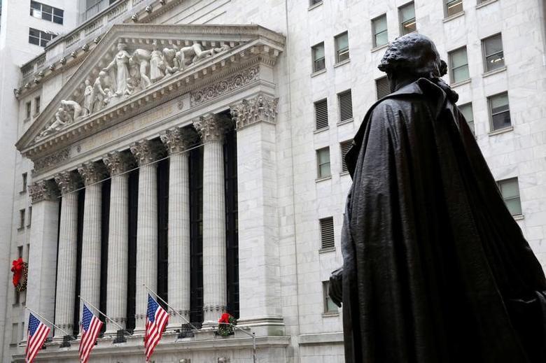 资料图片:2016年12月,美国纽约证交所街旁的乔治·华盛顿雕像。REUTERS/Andrew Kelly