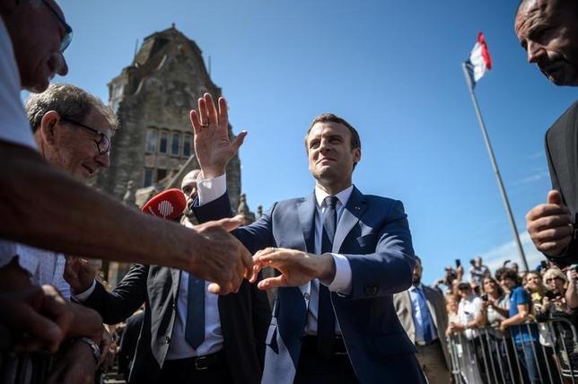 6月11日、フランスの国民議会(下院)選挙の第1回投票が11日行われ、結果予想によると、マクロン大統領(写真中央)が率いる新党「共和国前進」系が主要政党を抑えて過半数を制し、圧勝する見通しだ。(2017年 ロイター/Christophe Petit Tesson)