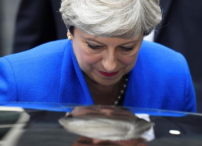 6月9日、メイ英首相(写真)は政権基盤をより強固にするために前倒し選挙という大きな賭けに出たが、失敗に終わったようだ。ロンドンで撮影(2017年 ロイター/Toby Melville)