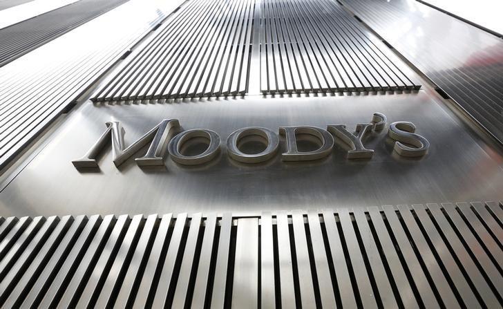 资料图片:2013年2月,美国纽约,穆迪办公楼的公司logo。REUTERS/Brendan McDermid